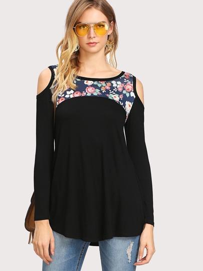 Camiseta floral con hombro abierto