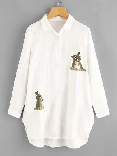 Vestido camisero con bordado de conejo y bajo irregular