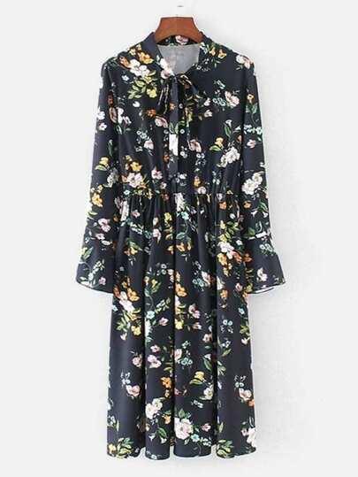 Kleid mit Halsband und Blumen