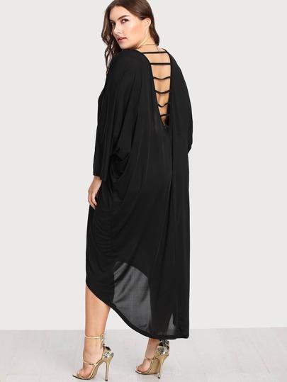Kleid mit Fledermausärmeln und abfallendem Saum