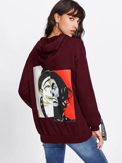 Camisa de capucha con detalle de letra y parche en la parte trasera