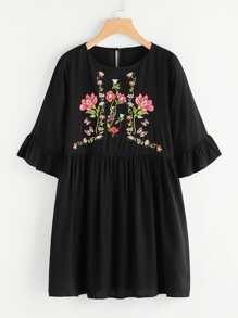 Robe brodé fleur avec garniture ruché