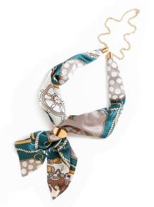 Pañuelo de satén con estampado y cadena