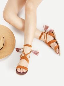 Sandalias planas con detalle de flecos y cordones