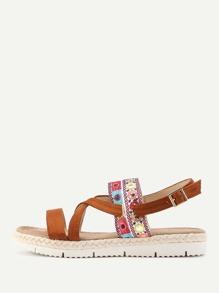 Sandalias con plataforma y detalle de bordado