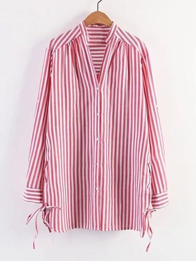 Vestido de rayas verticales con cordones en la parte lateral