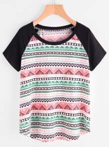 t-shirt con maniche raglan a contrasto ,con stampa tribale