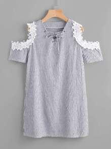 Vestido de encaje con hombros abiertos de rayas verticales