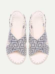 Sandalias planas con estampado geométrico