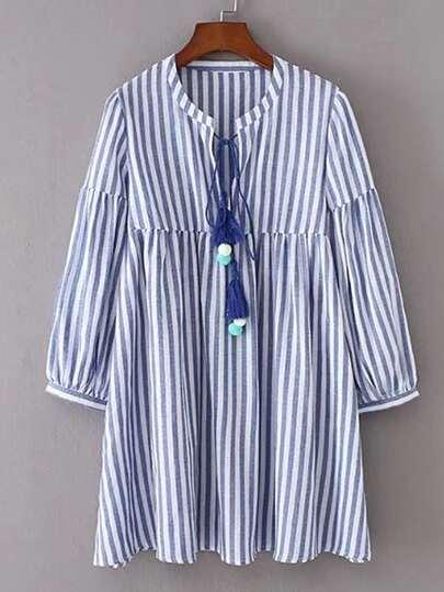 Vestido de rayas verticales con cordón y pompones