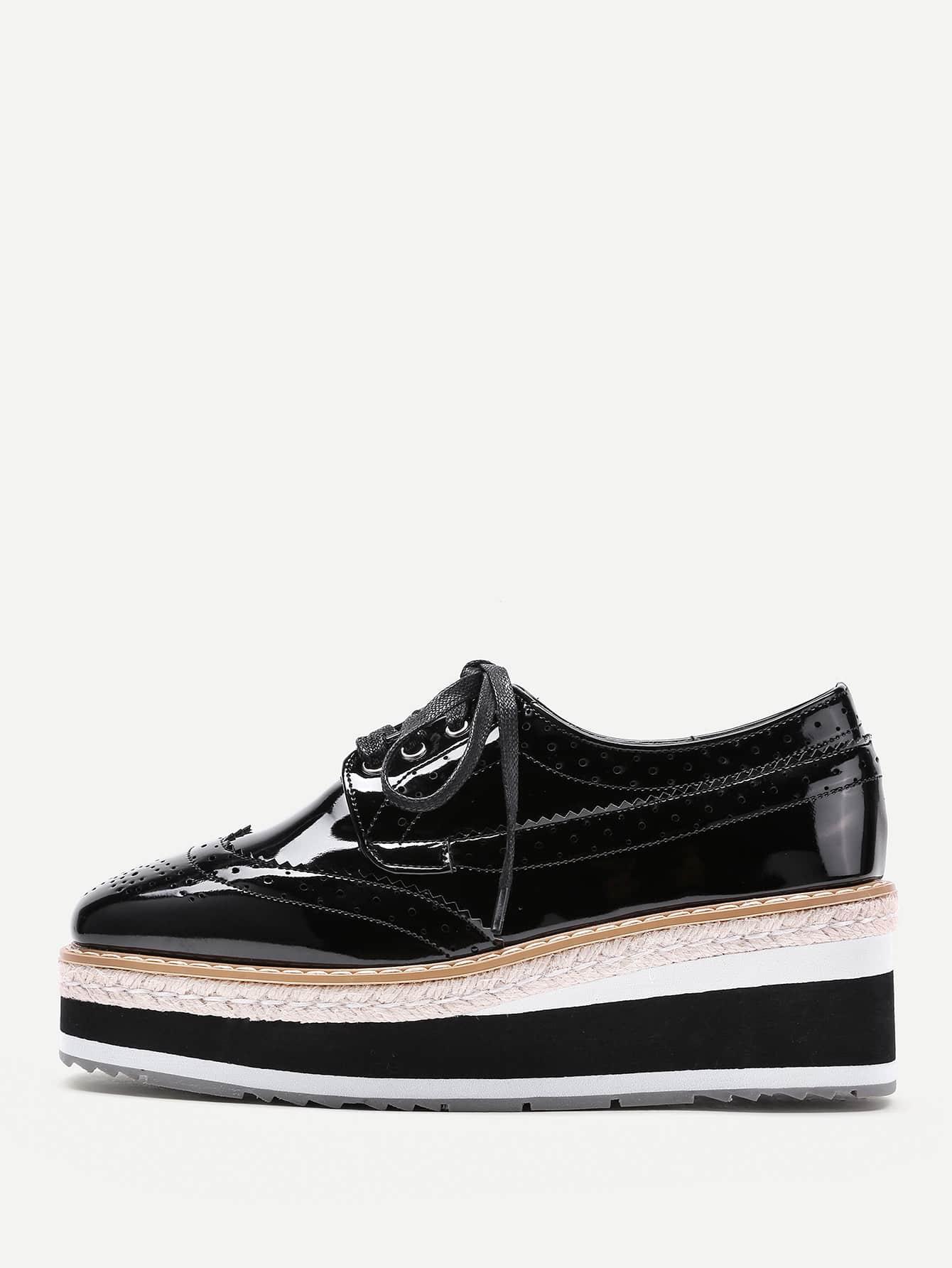 Модные туфли на платформе с узором и шнуровкой