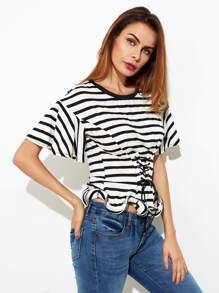 Модная футболка в полоску со шнуровкой фотографии