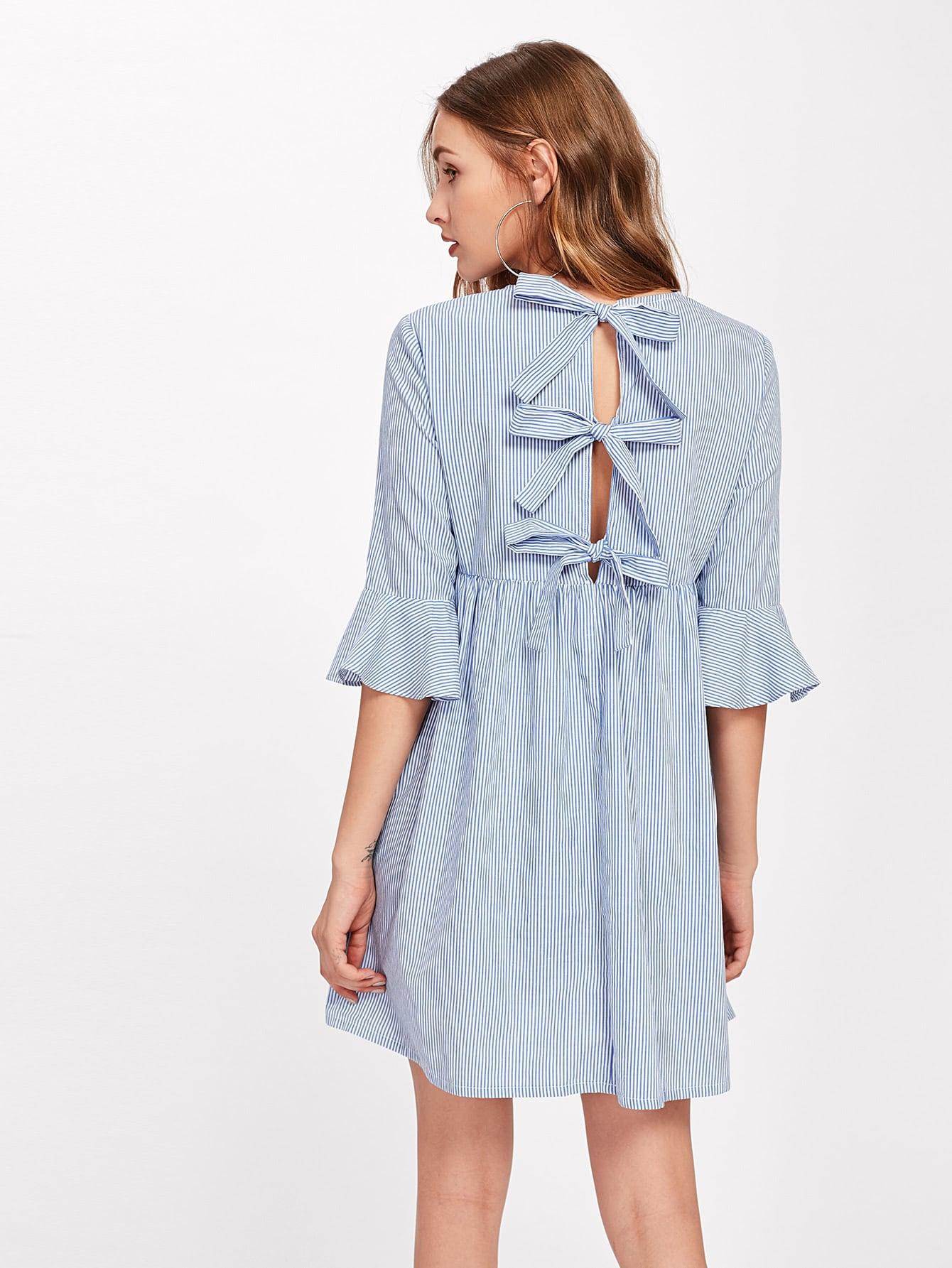 Модное платье в полоску с бантом и открытой спиной