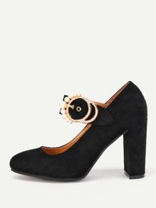 Zapatos con tacón cuadrado con detalle de hebilla metálica con perla artificial