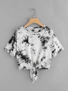 T-shirt mit Wasserfarbe und Knoten vorne