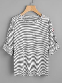 Camiseta de rayas con bordado simétrico