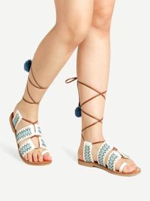 Модные сандалии с помпонами