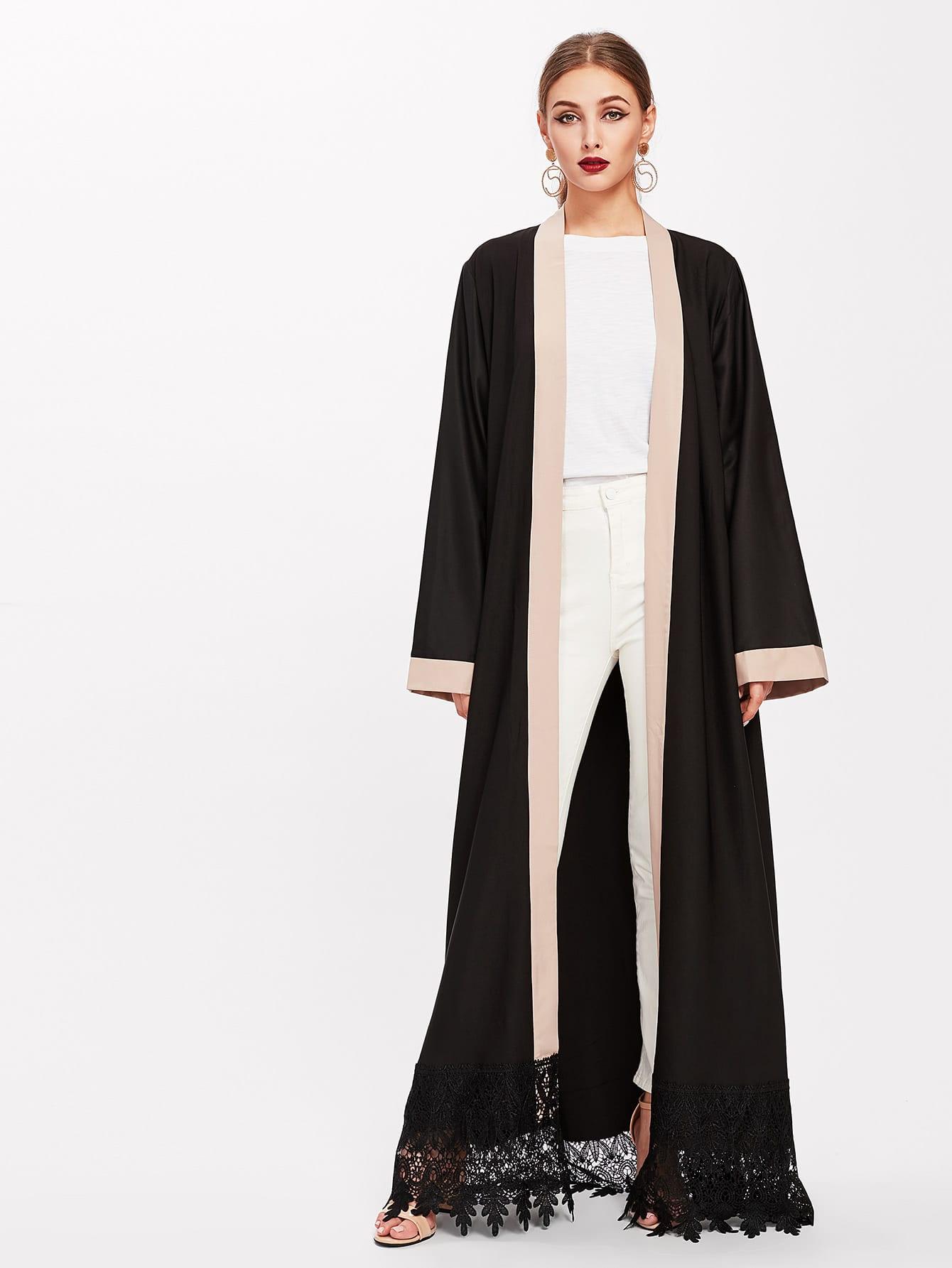 Lange Abaya mit Spitze und Häkelbesatz um den Saum