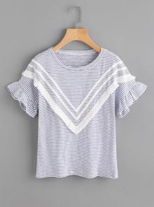 Camiseta de rayas con flecos en contraste con manga de volante