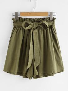 Shorts avec une ceinture et des plis