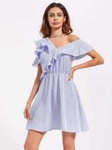 Kleid mit schößchem Saum, asymmetrischenSchultern und Knopfleiste  Bilder
