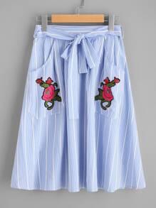 Falda con cordón y parche de bordado