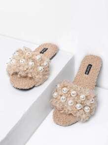 Sandales duveteuses avec perles fausses