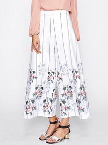 Модные брюки в полоску с цветочным принтом фотографии