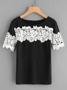 Tee-shirt contrasté en crochet avec des appliques