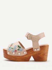 Sandales en coin brodées des fleurs avec perles fausses