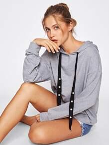 Sweat à capuche en tricot avec un lacet et des perles