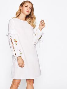 Kleid mit Falten, Schlitzärmeln und Stickereien