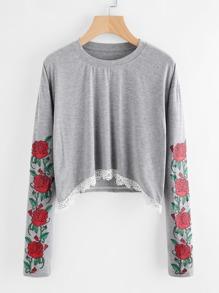 T-Shirt mit Rosemuster um den Ärmeln und Spitze um den Saum