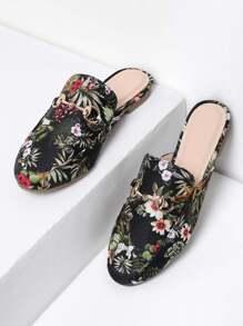 Sandales à fond plat imprimées des fleurs