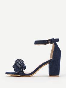 Модные сандалии с цветком