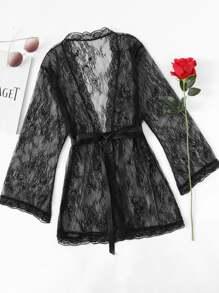 Модное кружевное платье с поясом