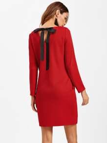 Texturiertes Kleid mit V Cut und Schleife hinten