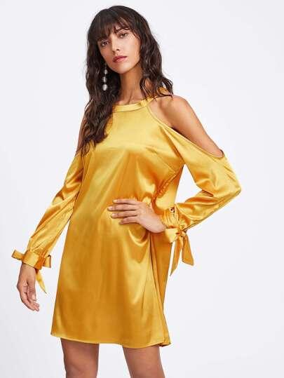 Модное платье с разрезом и открытыми плечами фотографии
