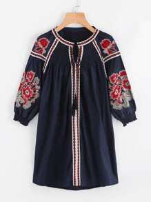 Robe brodée avec des plis et un lacet