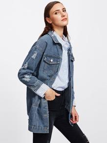 Jeans Jacke mit sehr tief angesetzter Schulterpartie und Rissen