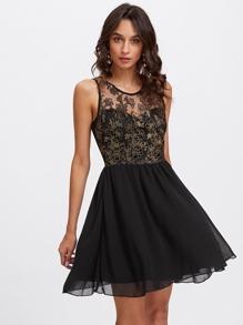 Kleid mit Herzdekolleté und Blumen