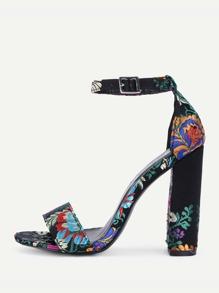 Sandali con tacco alto