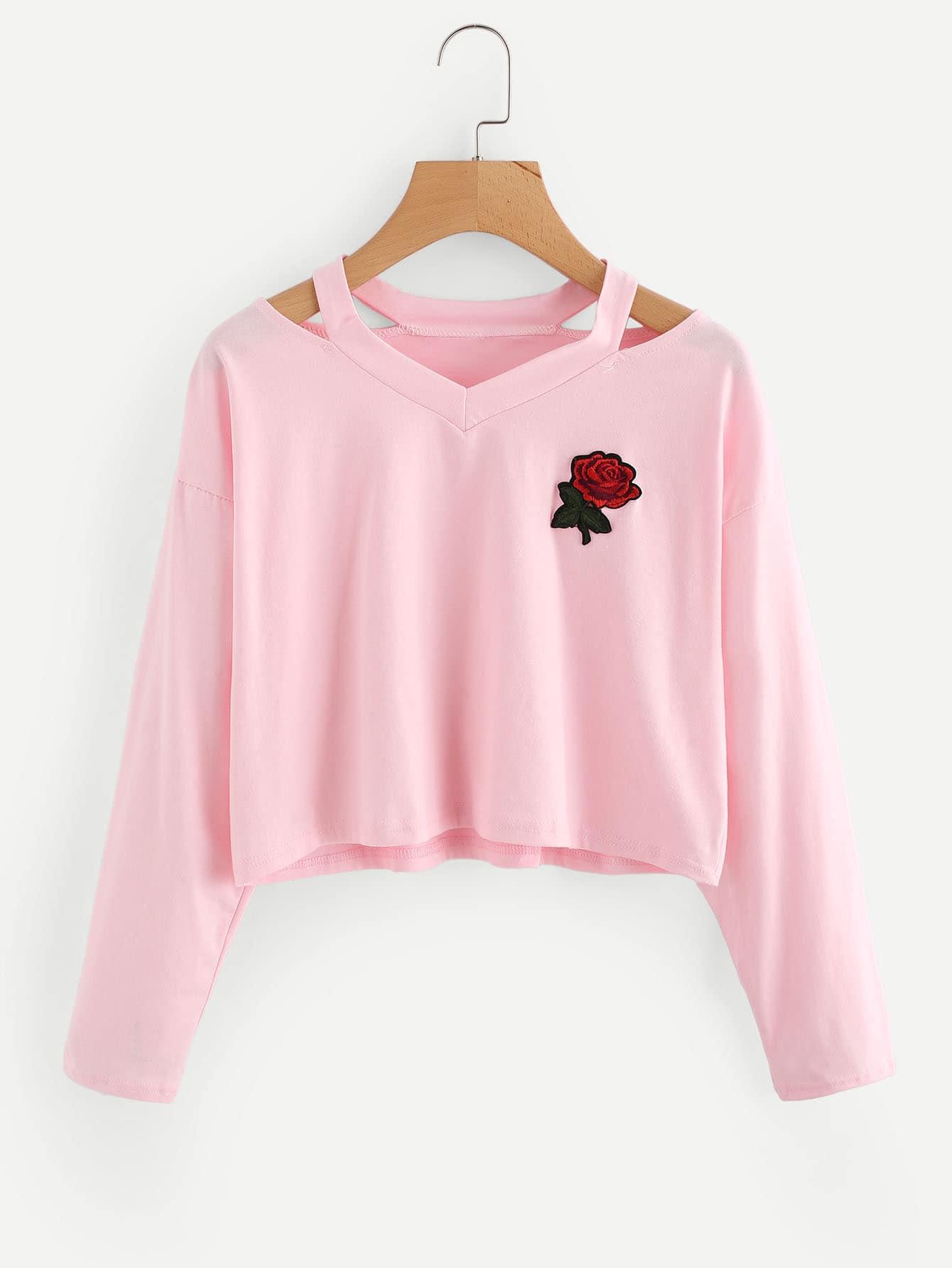 T-Shirt mit Cut Out auf dem Ausschnitt und Rosefleck