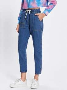 Jeans mit Kordelzug um die Taille und Tasche
