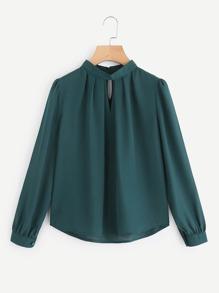 Blusa plisada con abertura en V