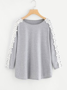 T-shirt con applique all\'uncinetto a contrasto