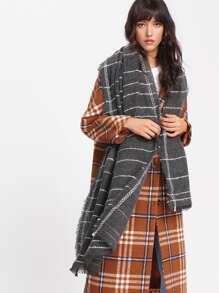 Schal mit aufgefranstem Saum und Streifen