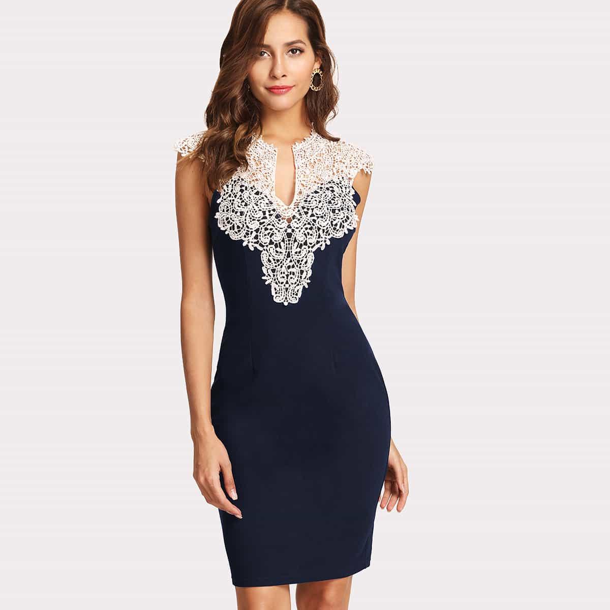 Fitting jurk met kanten detail