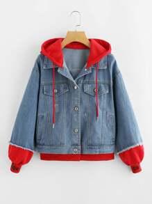 Контрастная джинсовая куртка с капюшоном