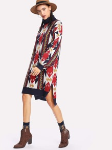 Asymmetrisches Pullover Kleid mit Geomuster und Seitenschlitz